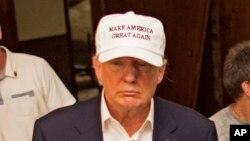 Donald Trump, président élu des Etats-Unis, est coiffé d'une casquette lors d'une visite à Denham Springs, La., 19 août 2016.