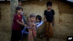 지난 19일 방글라데시 쿠투팔롱 난민촌에 거주하고 있는 미얀마의 로힝야족 난민 아이들의 모습이 보인다.