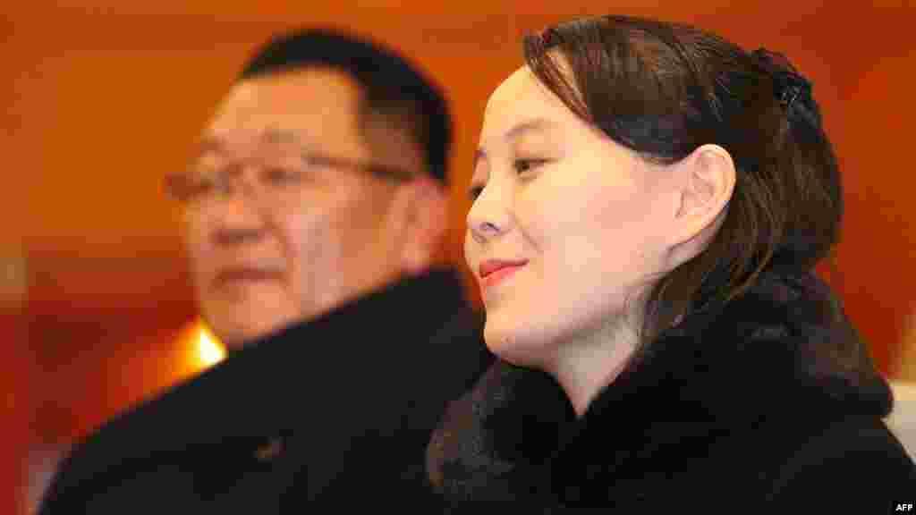Kim Yo Jong, la jeune soeur du leader nord-coréen Kim Jong Un, s'entretient avec le ministre sud-coréen de l'Unification, Cho Myoung-gyon, à son arrivée à l'aéroport d'Incheon, à l'ouest de Séoul, à la cérémonie d'ouverture des Jeux Olympiques d'hiver 2018, Corée du Sud, le 9 février 2018