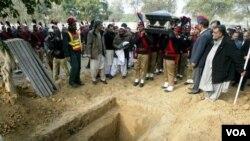 Upacara pemakaman Gubernur Provinsi Punjab Salman Taseer yang tewas ditembak akibat posisinya menentang UU Penghinaan Agama.