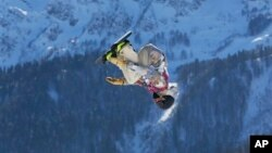 Seyj Kotsenburg, amerikalik sportchi, Sochi Olimpiadasining birinchi oltin medali egasi bo'ldi, 8-fevral, 2014