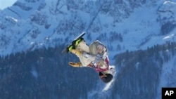 အေမရိကန္ျပည္ေထာင္စုက Sage Kotsenburg ေဆာင္းရာသီ အိုလံပစ္ၿပိဳင္ပဲြမွာ snowboard slopestyle ကို ယွဥ္ၿပိဳင္စဥ္။ (ေဖေဖာ္ဝါရီ ၈၊ ၂၀၁၄)