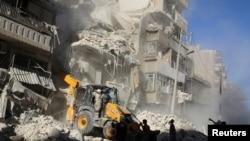 Puing-puing gedung yang hancur akibat serangan udara di kawasan Tariq al-Bab, Aleppo, Suriah, 24 September 2016 disingkirkan.