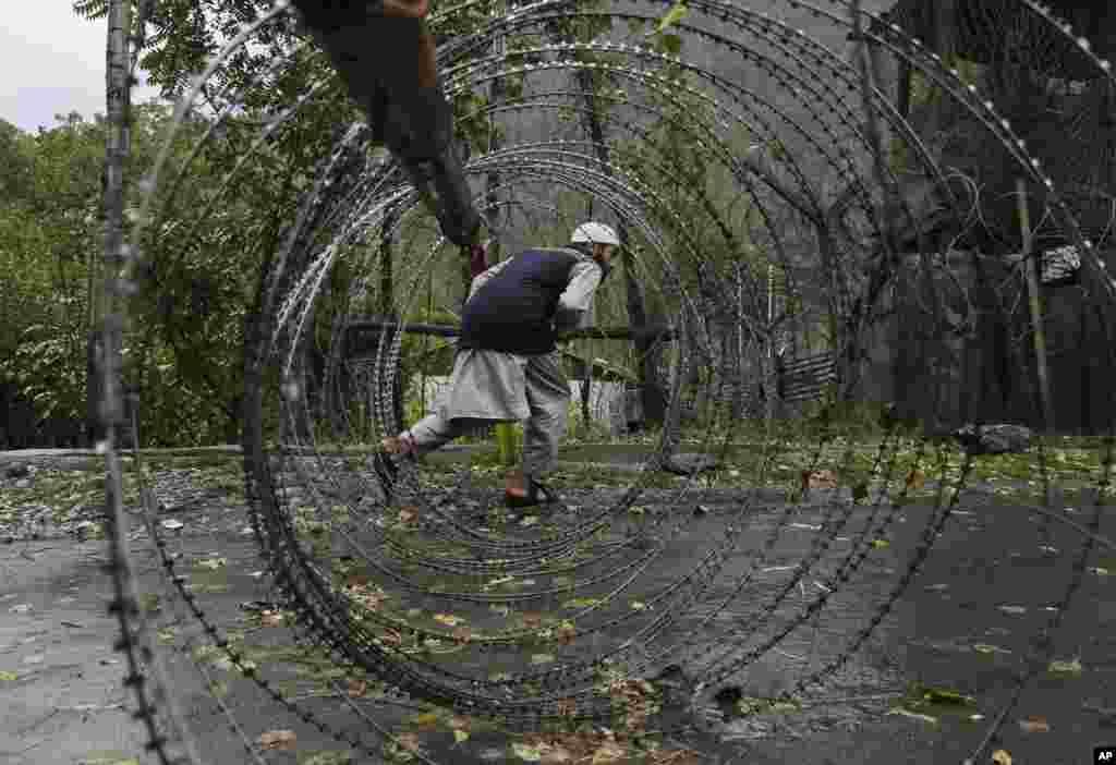 پاکستان اور بھارت کی فوجوں کے درمیان منگل کو ایک بار پھر متنازع علاقے کشمیر میں 'لائن آف کنٹرول' پر فائرنگ کا تبادلہ ہوا۔