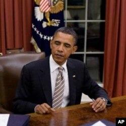 奥巴马在办公桌前