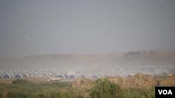 Dans la campagne irakienne, les camps de réfugiés sont construits très vite, à Khazir, Irak, le 9 novembre 2016. (H.Murdock/VOA)