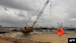 中国工人在马里的码头工地上工作(2017年9月14日)