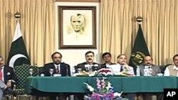 وزیر اعظم یوسف رضا گیلانی پریس کانفرنس سے خطاب کرتے ہوئے