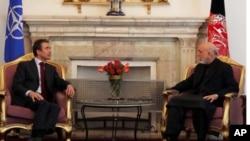 阿富汗總統卡爾扎伊(右)星期四在喀布爾與北約秘書長拉斯穆森(左)會晤