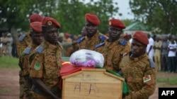 Des soldats transportent le cercueil d'un des sept membres des forces de sécurité tués dans une attaque à la bombe dans l'est du Burkina Faso, à Ouagadougou, le 31 août 2018.