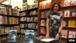 艾尔莎•哈特(Elsa Hart)推出清朝推理小说系列第二本《白镜》(The White Mirror)。9月9日,她来到家乡阿灵顿的书店进行签售活动。