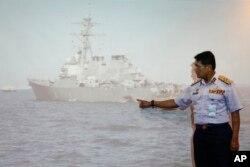 Malezijski direktor za pomorska pitanja, Indera Abu Bakar, pokazuje na oštećenje na Ju-es-es DŽon S. Mekejnu tokom konferencije za štampu u Ptrađaji, Malezija, 21. avgusta 2017.