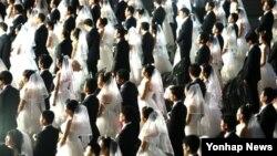 30일 서울 송파구 올림픽공원 핸드볼경기장에서 열린 북한 이탈주민 100쌍 합동결혼식에서 신랑 신부가 혼인서약을 하고 있다.