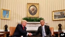 Le président sortant des Etats-Unis Barack Obama, à droite, et son successeur élu, Donald Trump, se saluent lors de leur rencontre au Bureau Ovale de la Maison Blanche à Washington DC, 10 novembre 2016.