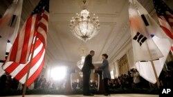 미국 바락 오바마 대통령(왼쪽)과 한국 박근혜 대통령이 7일 백악관에서 공동기자회견을 마친 후 악수를 나누고 있다.