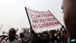 1月12号尼日利亚抗议者举着标语抗议政府取消燃料补贴
