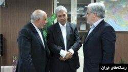 ربیعی وزیر کار(نفر وسط) خبر از برکناری مدیر بانک رفاه(سمت چپ) داده است.