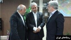علی صدقی مدیر عامل بانک رفاه(سمت چپ) اولین مدیری بود که پس از افشای حقوقش برکنار شد