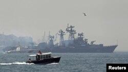一艘土耳其海岸警卫队船监送俄罗斯驱逐舰斯梅特利维号通过博普斯普鲁斯海峡(7月11日)
