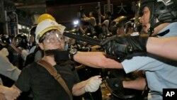 Cảnh sát xô xát với người biểu tình trong khu Mong Kok, 26/11/14
