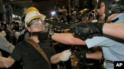 26일 홍콕 몽콕 거리에서 경찰이 시위대와 충돌했다.