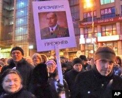 3月5日莫斯科普西金广场反普京集会中的标语,大意是普京当总统后将变成勃列日涅夫