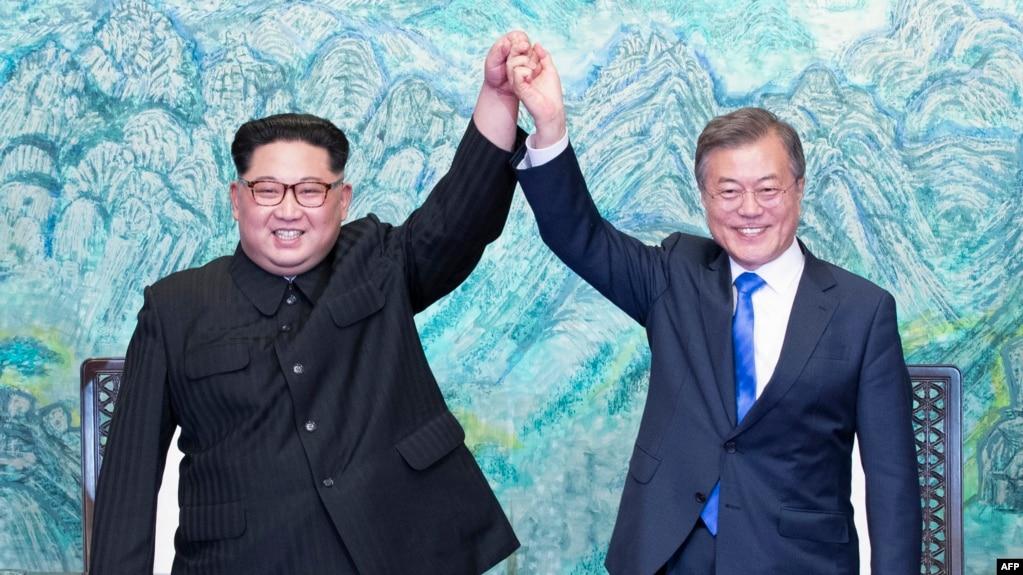 """朝鮮領導人金正恩和韓國總統文在寅在""""板門店宣言""""簽字儀式上"""