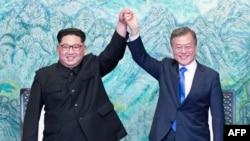 """北韓領導人金正恩和南韓總統文在寅在""""板門店宣言""""簽字儀式上"""