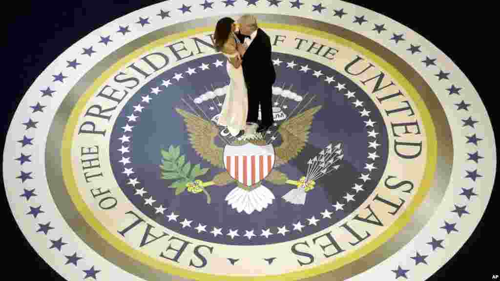 Donald Trump et Melania dansent lors de la soirée d'investiture, à Washington, le 20 janvier 2017.