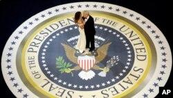 Predsednik Tramp pleše sa suprugom Melanijom na prvom inauguralnom balu u Vašingtonu, 20. januara 2017.