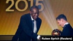 Messi reçoit pour la cinquième fois FIFA Ballon d'Or, des mains du président par intérim Issa Hayatou. Zurich, Suisse. 11 janvier 2016