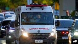Ambulans yang membawa Presiden Brazil Jair Bolsonaro dari rumah sakit militer ke pangkalan udara untuk diterbangkan ke Sao Paulo, di Brasilia, Brazil, Kamis, 14 Juli 2021.
