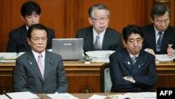 6일 일본 참의원 본회의에 참석한 아베 신조 총리(오른쪽)과 아소 타로 재무상.