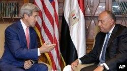 Menteri Luar Negeri AS John Kerry (kiri) dan Menteri Luar Negeri Mesir Sameh Shukri di Kairo (13/9). (AP/Amr Nabil)