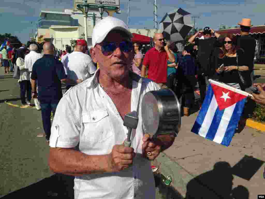 """Cubanos en Miami no pueden ocultar el sentimiento de """"libertad"""" tras la muerte del líder cubano, Fidel Castro. [Foto: José Pernalete, VOA]."""