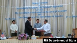 အေမရိကန္သံအမတ္ႀကီး Dereck Mitchell နဲ႔ အမ်ဳိးသား စီမံကိန္းနဲ႔ ဖြံၿဖိဳးတိုးတက္မႈဦးစီးဌာန ဝန္ႀကီး ဦးဆက္ေအာင္တို႔ ေနျပည္ေတာ္မွာ လက္မွတ္ထုိး ခဲ့ၾကစဥ္။ (ဇြန္ ၂၇၊ ၂၀၁၃) Photo Credit to U.S. Embassy Rangoon