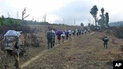 Karen villagers carrying relief supplies flee Burma soldiers in Karen State, Burma, January 8, 2010 (file photo)