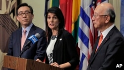 美国驻联合国大使妮基·黑利(中)和韩国、日本驻联合国大使举行联合记者会(2017年3月8日)