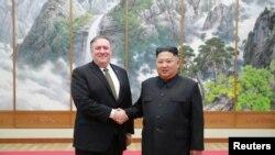 Lãnh tụ Triều Tiên Kim Jong Un gặp Ngoại Trưởng Mỹ Mike Pompeo ở Bình Nhưỡng. Ảnh do Hãng Thông tấn KCNA của Triều Tiên công bố hôm 7/10/ 2018. (KCNA via REUTERS)