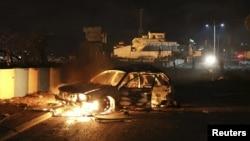 索馬里首都摩加迪沙一家酒店附近發生爆炸後,一部汽車起火。