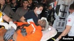 土耳其索玛镇一位受伤的矿工被抬上急救车。