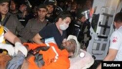 土耳其,索玛镇, 一位 受伤的矿工被抬上急救车。