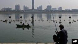 지난달 24일 북한 평양 대동강에서 낚시를 하는 노인. (자료 사진)