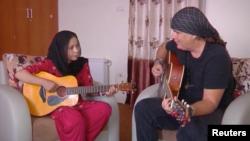 مورسال ۱۲ ساله در حال نواختن گیتار با لنی کوردولا