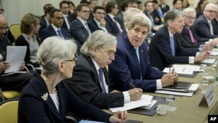 U.S. Secretary of State John Kerry, third left, chats with U.S. Under Secretary for Political Affairs Wendy Sherman, as U.S. Secretary of Energy Ernest Moniz, second right, takes a note in Lausanne, Switzerland, March 31, 2015.