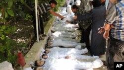 Hình ảnh cho thấy những em nhỏ chết vì khí độc bị cho là do lực lượng chính phủ gây ra. Vẫn chưa có xác minh độc lập về vụ tấn công bằng vũ khí hóa học này.