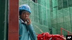 Một công nhân người nước ngoài làm chui tại một công trường xây dựng ở Kuala Lumpur, Malaysia.