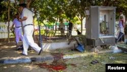 Các giới chức an ninh điều tra hiện trường xảy ra vụ tấn công bằng bom nhắm vào một chốt an ninh giao thông gần tòa án quận Heliopolis ở Cairo, 2/5/2014.