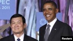 ທ່ານ Truong Tan Sang ປະທານປະເທດຫວຽດນາມ ຖ່າຍຮູບ ກັບປະທານາທິບໍດີ ໂອບາມາ ໃນກອງປະຊຸມສຸດຍອດ APEC ທີ່ຮາວາຍ ເມື່ອເດືອນພະຈິກ ປີ 2011.