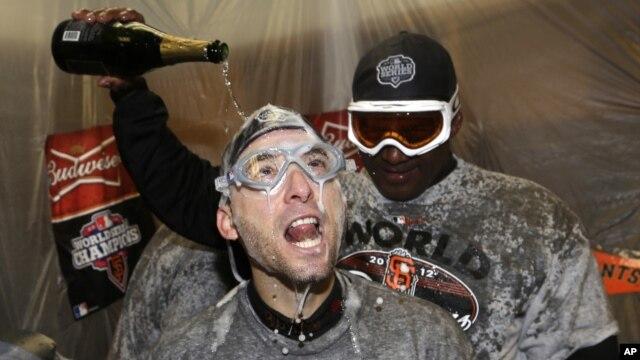 El venezolano Marco Scutaro recibe un baño de champaña mientras los Gigantes de San Francisco celebran su triunfo en la Serie Mundial de beisbol.